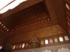 plafond en bois et lampe