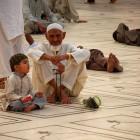 attendant l'Iftar à la mosquée Lahore
