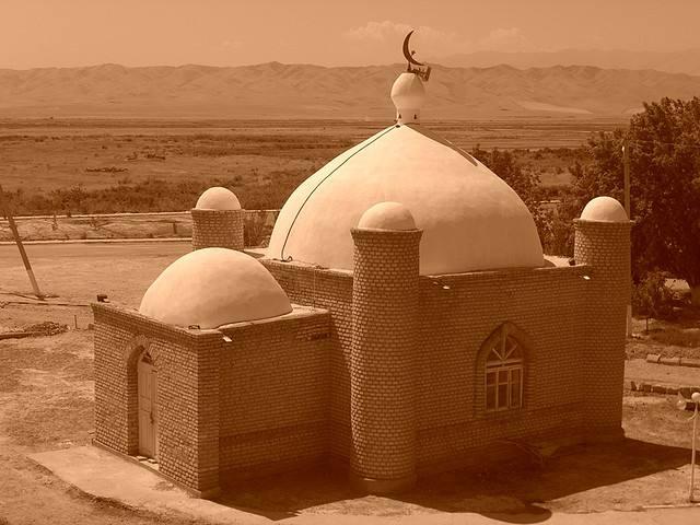 petite mosquée avec deux dômes dans le desert du turkmenistan