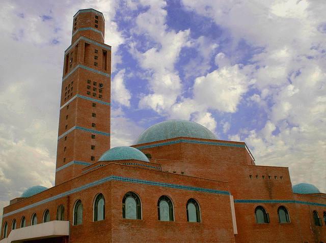 Mosquée D'islamabad avec un minaret et un dôme