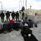 Palestiens pres de la mosquée Al aqsa pour la priere