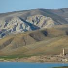 Mosquée au bord d'un lac entre meknes et fes au Maroc