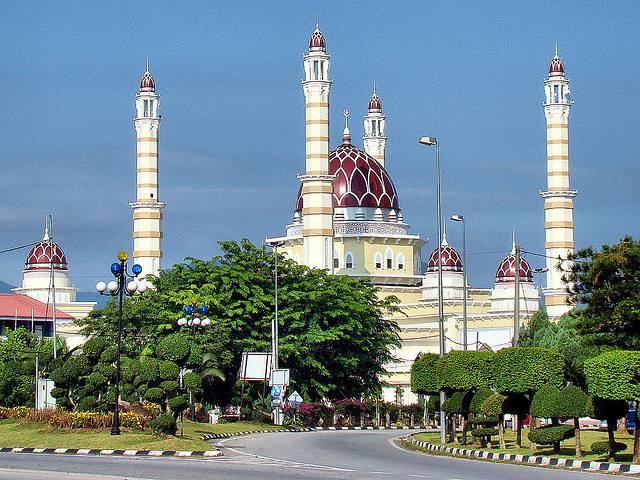 Grande mosquée avec quatre minarets à Terengganu en Malaisie