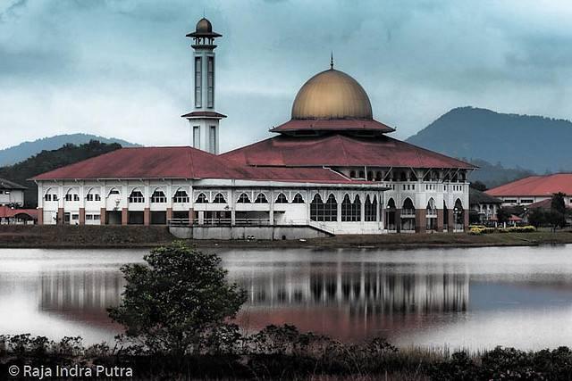 Grande mosquée en Malaysie prés d'un lac