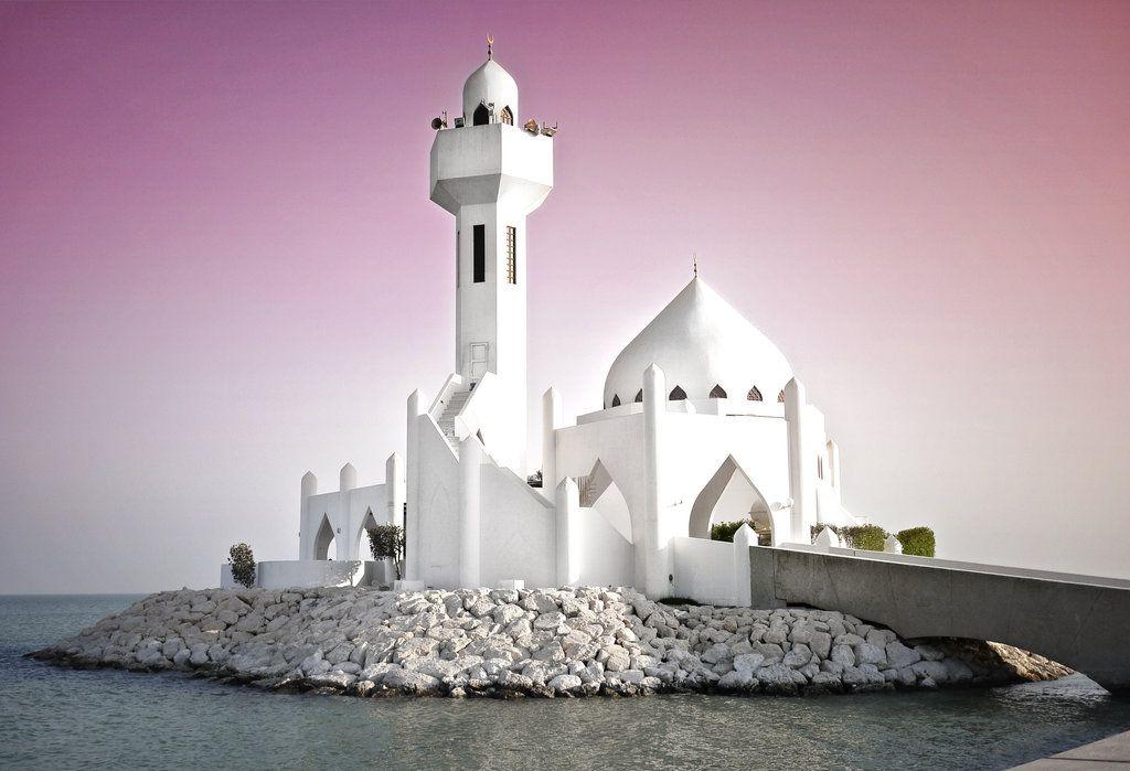 Mosquée en Arabie Saoudite blanche, ciel violet