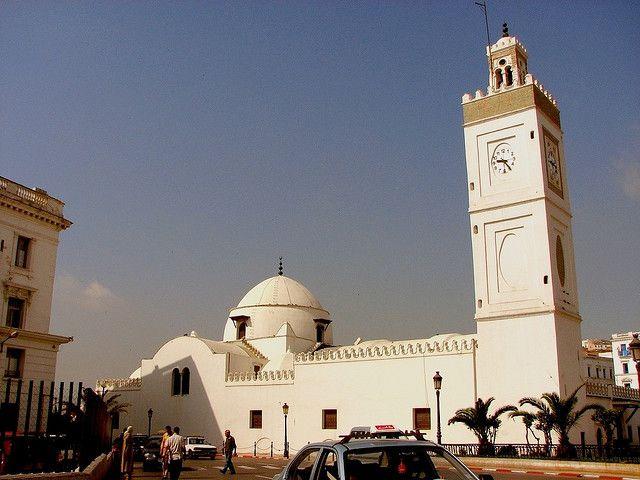 Mosquée à Alger en Algérie, minaret horloge