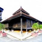 Mosquée en bois à forme pyramidale en malaisie
