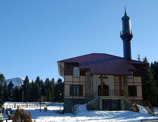 Mosquée en Turquie avec minaret dans une zone enneigée