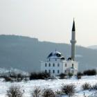 Mosquée au Kosovo recouverte de neige