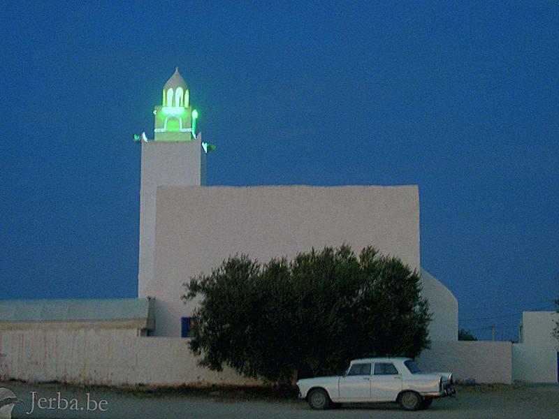 Mosquée à Djerba avec un minaret illuminé