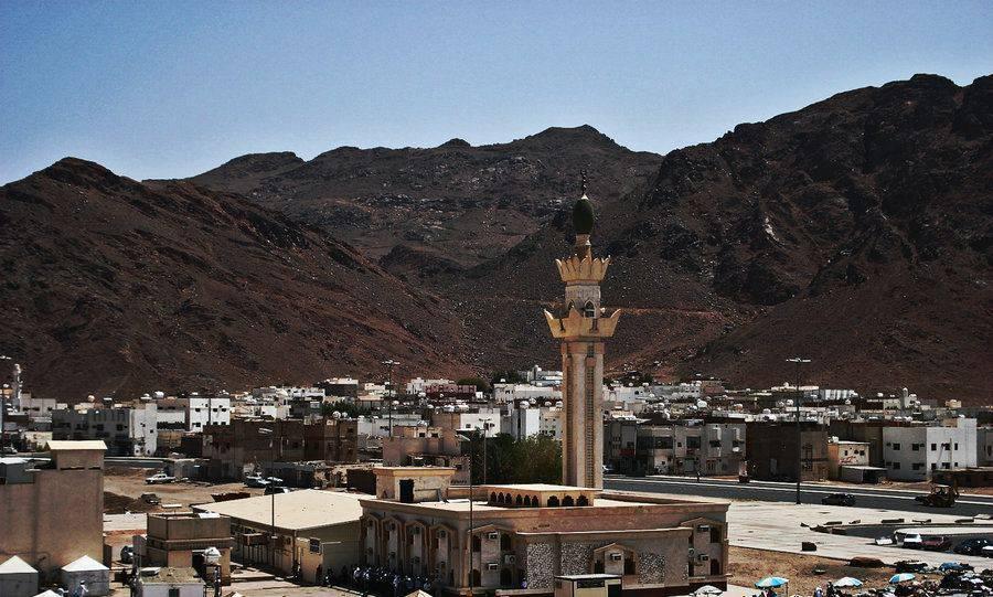 Une mosquée au pied d'une la montagne Uhud près de Medine