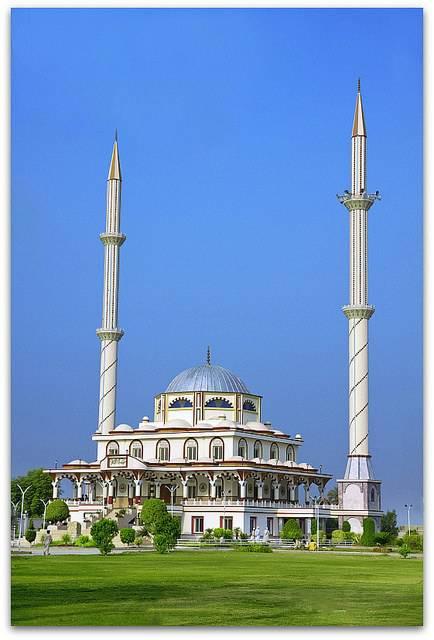 Une mosquée avec deux minarets au Pakistan