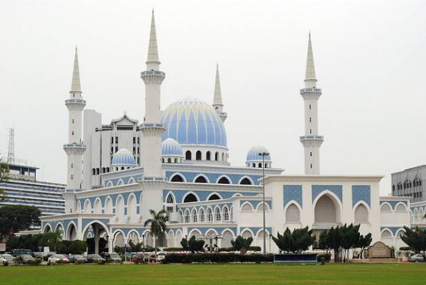 La très belle mosquée à Pahang en Malaisie