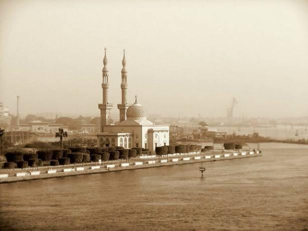 Une mosquée au bord de l'eau en Egypte