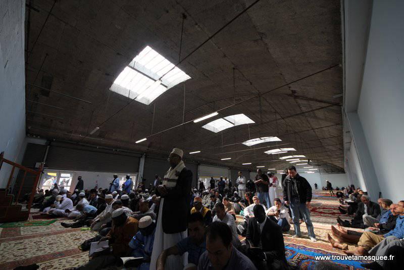 Prières de rue : la grande prière du vendredi dans les hangars