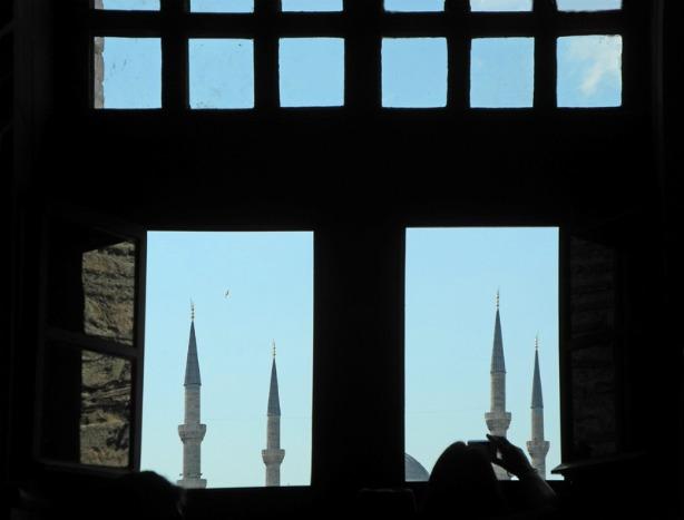 Mosquée Bleue à travers une fenêtre