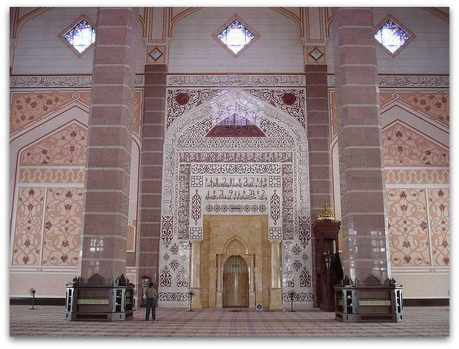 Un imposant Mihrab dans une mosquée en Malaisie