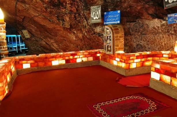 L'intérieur de la mosquée construite en sel au Pakistan