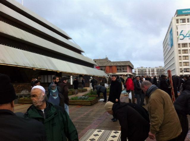 Prière devant l'Hôtel de ville de Nanterre