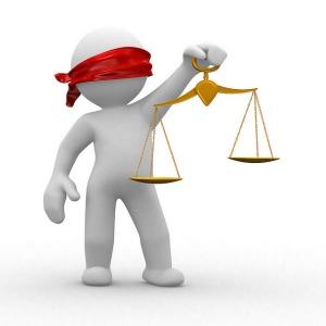 La justice portant une balance et aveugle