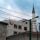 Une mosquée avec une enseigne Burger King ?