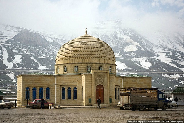 Une mosquée en Azebaijan face au Montagne