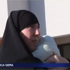 Sylvie la femme voilée qui ne peut plus aller déposer son enfant à l'école
