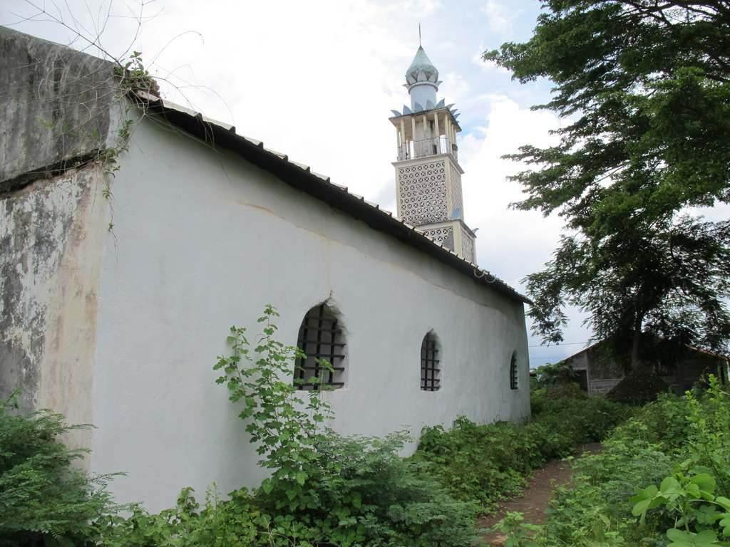 L'extérieur de la mosquée Tsingoni Mayotte