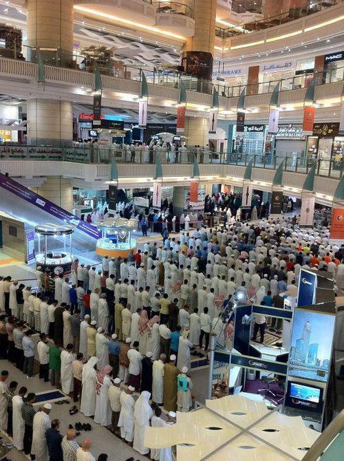 Heure de prière dans un centre commercial