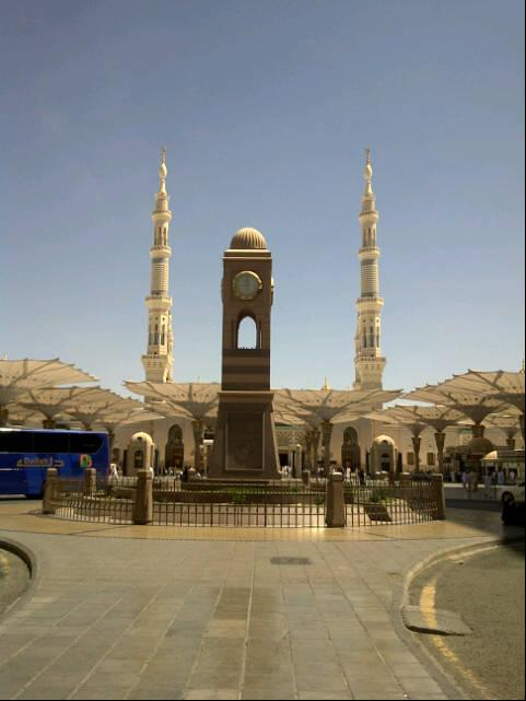L'horloge devant masjid Nabawi à Medine