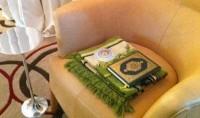 Tapis de prière et Coran dans un hôtel au Japon
